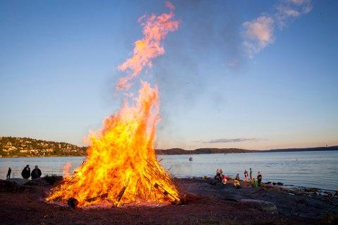 Oslo  20140623. Mennesker rundt et sankthansbål på Ulvøya mandag kveld. Foto: Erlend Aas / NTB scanpix
