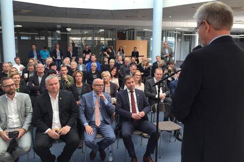 Ordfører Ole H. Hjartøy ønsket fredag formiddag velkommen til presentasjonen. Statssekretær Tom Cato Karlsen og statsråd Vidar Helgesen var blant tilhørerne på første rad.