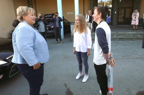 Elevene Fredrik Nordvik og Marthe Sveggen fikk æren av å ta imot statsminister Erna Solberg da hun besøkte Bankgata ungdomsskole onsdag morgen.