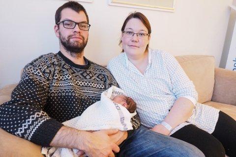 Far Leif Christian Christensen sammen med mor Mette Fagervik og lille Arne Magnus som ble født klokken 22.05 torsdag kveld.