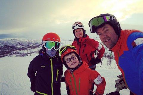 Familien Torbjørnsen koste seg i alpinanlegget Vestvatn søndag. Fra venstre: Sondre, Håkon, Lill Anita og Fredrik Torbjørnsen.