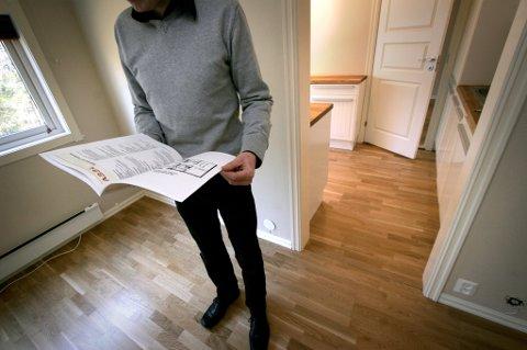 Interiør av bolig / leilighet under visning. En mulig kjøper studerer prospektet.