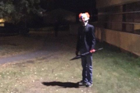 Politiet har tirsdag kveld fått inn dette bildet av en av de omtalte klovnene.