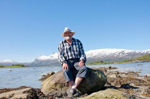 Rolv Sigurdsen i Naturvernforbundet i Nordland var en av mange som reagerte på forurensning i Storvika i Sørfold når anlegget til Marin Harvest var i drift. Nå er anlegget flyttet.
