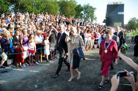 Folkefest: 3000-4000 mennesker møtte fram for å overvære åpningen av Hamsunsenteret i Hamarøy 4. august 2009 og for å få et glimt av kronprinsesse Mette-Marit. Senere er hun blitt Hamsundagenes beskytter.