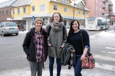 Markerer kvinnedagen: Alessia Reina (17), Tiril Vold Hansen (19) og Lea Marie Hind (17) er med i årets 8.mars-komitee i Bodø, og arrangerer lørdag workshop i byen for å diskutere hvordan ungdom kan bekjeme kvinneundertrykkelse.