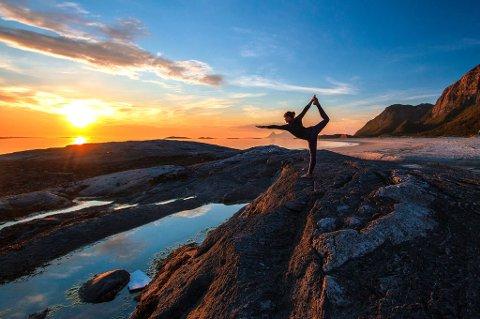 Yoga i midnattsol.