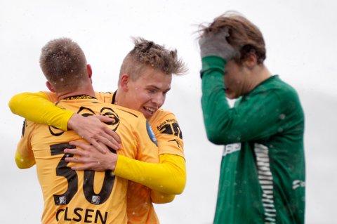 Bodø/Glimts Jens Petter Hauge scoret tre mål i kampen   Fløya-Bodø Glimt på Fløyabanen i Tromsø onsdag ettermiddag. Her sammen med Trond Olsen. T.h. Fløyas Geirald Meyer.  Kampen endte 0-6. Foto: Rune Stoltz Bertinussen / NTB scanpix