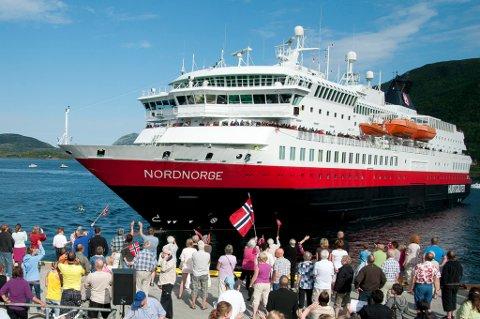 Hurtigruta MS Nordnorge på Ørnes ifm NRK2 program om hurtigruten minutt for minutt.