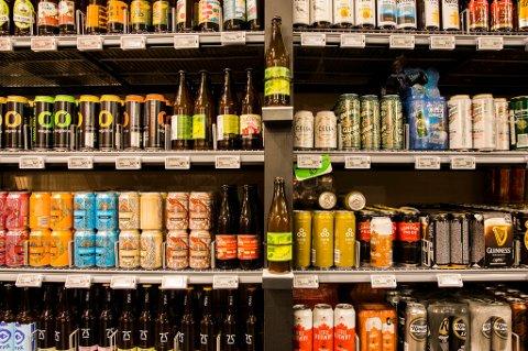 Forskjellige øltyper i butikkhyllene.