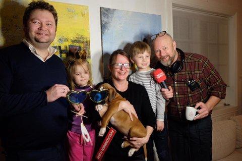 Overraskelse: Geir Schau og «Morgenklubben med Loven og co.» sendte direkte fra huset til Sissel Bjerke Nordvik og familien i Bodø i går. Med seg hadde de en ny hund til familien.  Foto: Radio Norge