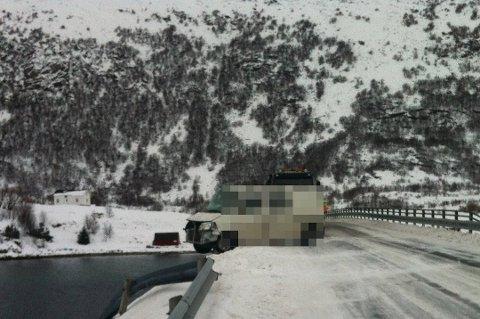 VEDLIKEHOLD: Bilen skrenset på det glatte føret, og gikk inn i rekkverket på Offersøybrua. Even Mosti (57) fra Fauske omkom i ulykka.