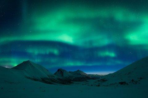 POPULÆRT NORDLYSSTED: Rekvikeidet er et av de flotteste stedene i Tromsø-regionen å se nordlyset fra. Dette bildet er fra april i år. Foto: Lars Mathisen