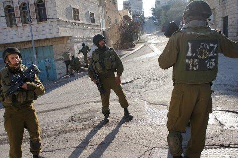 Israelske soldater ved Gilbert-kontrollpunktet i Hebron, Vestbredden