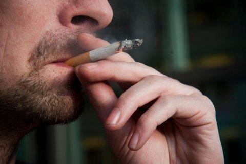 Kampanje for røykeslutt: Røykere og snusere håper Helsedirektoratet og blant annet Fauske kommune å se mindre av i årene som kommer. Illustrasjonsbilde av mann, som røyker en sigarett