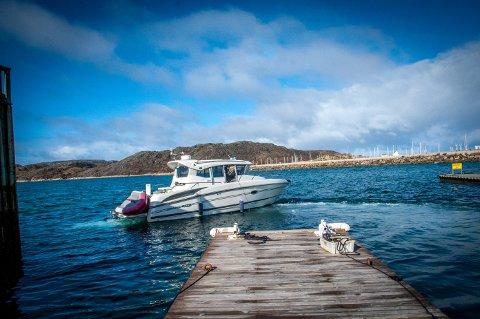 Dagens båter er nyere, og mindre kan fikses på egenhånd. Derfor hentes gjerne båter i havna for en sjekk, før de pent parkeres på plass.