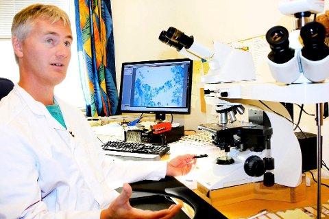 Patolog Sveinung Wergeland Sørbye, overlege ved UNN, tester alltid celleprøver hvis han er i tvil og mener dette vil være med på å avdekke mange flere celleforandringer og kreftforstadier enn ved dagens metode. Foto: Stian Saur