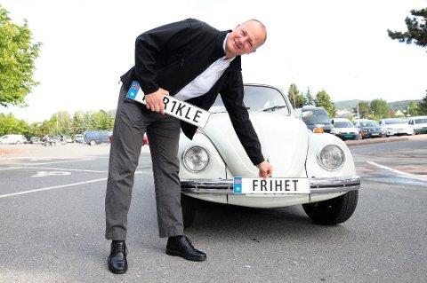 Samferdselsminister Ketil Solvik-Olsen viser et eksempel på hvordan et bilskilt nå kan se ut, men mange er nok ikke klar over den store begrensingen de setter for bilen dersom de benytter tilbudet. Foto: Håkon Mosvold Larsen, NTB scanpix/ANB