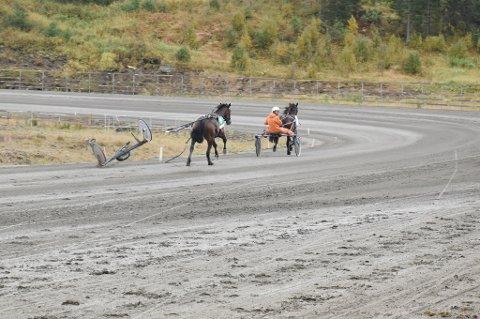 Vognen som var festet til hesten Gold Passion løsnen under søndagens V5 løp i Bodø.
