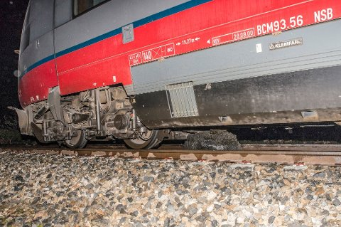 To personer er skadd etter at et tog kjørte inn i en steinblokk nord for Bjerka i Hemnes kommune på Helgeland.