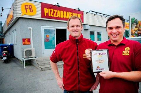 FLYTTER: Pizzabakeren forlater lokalene på Stormyra. Her er innehaverne Tore (t.h.) og Rolf Berg-Jensen. Arkivfoto