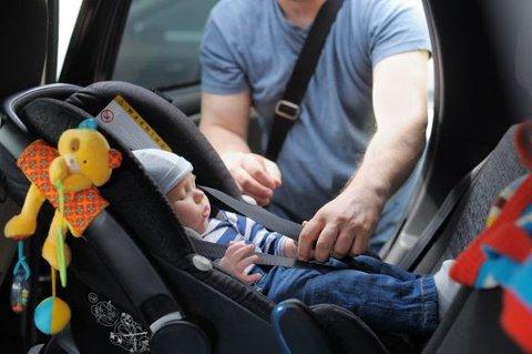 Et flertall av norske bilstolførere kjenner ikke til at barn skal sitte bakovervendt helt fram til de er fire år gamle.