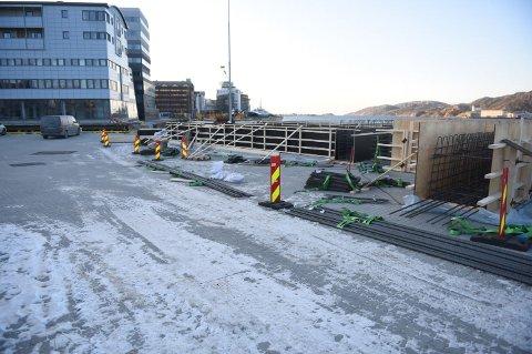 Kaielemeter ble i vinter bygd på Hurtigrutekaia. Nå skal de fraktes til over vannet til Ramsalt-prosjektet.