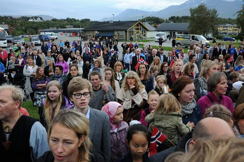 Folksomt. Det ble anslått at nærmere 2000 var til stede da kronprinsesse Mette-Marit foretok den offisielle innvielsen av allhuset i Leinesfjord.