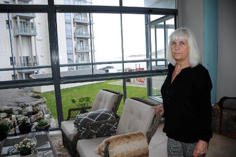 Benthe Arntzen har gått til sak mot Panorama Vest i Breivika i Bodø, og krever erstatning for mangler på den innglassede balkongen.