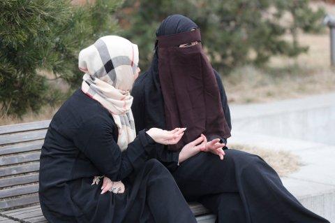 Oslo  20170316. Kvinner kledd i nikab og hijab i Oslo sentrum. Foto: Lise Åserud / NTB scanpix MODELLKLARERT