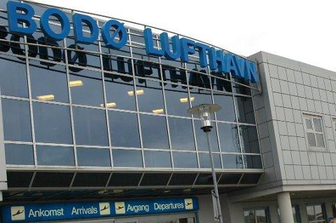 Holdt stengt: Flyet som skulle lette fra Bodø lufthavn 06:20 ble fire timer forsinket som følge av asfalteringsarbeid natt til søndag.