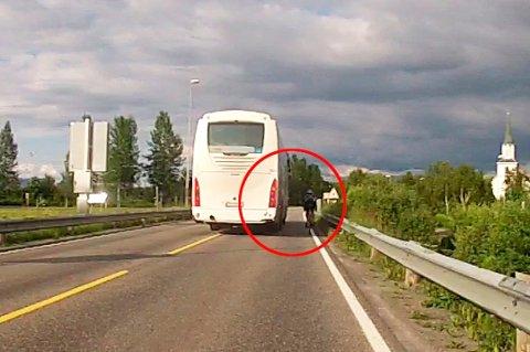 Illustrasjonsbilde: Det er slike tilfeller Atle Andreassen reagerer på. Han har selv opplevd å komme i nestenulykker med bussene i Bodø.