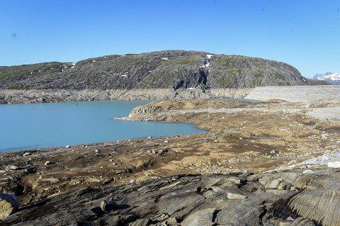 Tappes: Storglomvassdammen er Norges største kraftmagasin målt etter innhold. Det tømmes via Svartisen kraftstasjons to aggregater, som til sammen sluker 10,8 millioner kubikkmeter vann i døgnet.Foto: Johan Votvik