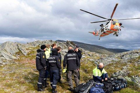 Statens havarikommisjon fo transport og kriminalteknikere fra Nordland politidistrikt sammen med lokalt politi på Falkfjellet, like ved der flyet hadde styrtet