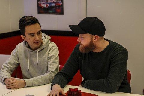 Nykommeren og mentoren: Henning Bang er bare 17 år, men har kommet seg inn på klubbshowene til Sand up Bodø med Kevin Kildal som leder og mentor. - Henning er den sterkeste nykommeren, mener Kildal. Alle foto: Rune Slyngstad