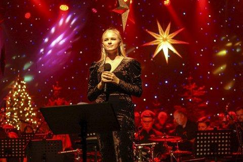 Imponerte: Sunniva Aassen Pettersen imponerte mange under konserten «En anderledes jul» i kulturhuset i Glomfjord i helga. Hun sang blant annet en saftig versjon av «O helga natt» sammen med hornmusikken, bandet og Nordre Meløy mannskor. Alle foto: Rune Slyngstad