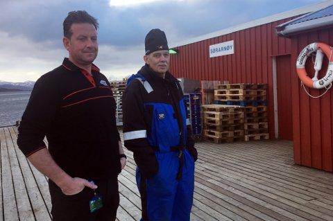 FORBANNET: Geir Harald Olaussen og Ove Tor Olaussen eier kaia på Sør-Arnøy. Førstnevnte er fortvilet etter at fylket stengte ned over natta.