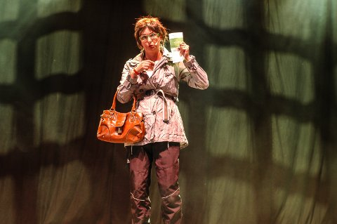 Kjersti framørte monologen «Organdonor» i et fullsatt revytelt.