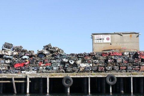 Må utbedres: Bildet er tatt i 2013 da det lå over 2.000 bilvrak på kailegemet, som også da var i dårlig stand og vekten til bilvrakene tilsvarte 2.000 tonn.