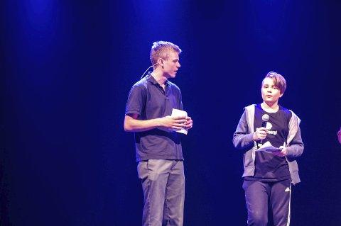 Ble kastet opp på scenen: Sander Bang (t.h.) var på konferansierkurs hos Steinar Hallert. Sander fikk praktisere det han lærte.     Begge foto: Rune Slyngstad