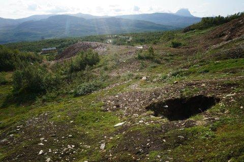 Det er kort vei fra hullet på Jakobsbakken til bebyggelse. Roy Vega oppdaget hullet og mener det er livsfarlig å ferdes i området.
