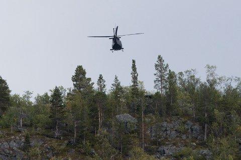 Alta 20190901.  Forsvarets helikopter flyr over ulykkesområdet der seks personer omkom i en ulykke .  Foto: Terje Pedersen / NTB scanpix