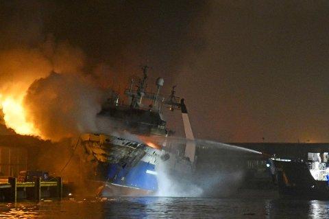 Det brenner fremdeles kraftig på den russiske tråleren, i natt, ved kai i Breivika Havn i Tromsø. Foto: Rune Stoltz Bertinussen / NTB scanpix Foto: (NTB scanpix)