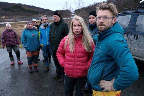 LETEAKSJON: Hundeeierne Sindre Thorsteinsen og Weronica Finjord sammen med frivillige hjelpere før leteaksjonen etter de to huskyene ble satt i gang onsdag.
