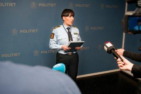 TIPS: Politiet ber personer som kan ha opplysninger etter at en 17-åring ble funnet død, om å ta kontakt med dem. Her er Lene Fabek, seksjonsleder for etterforskning i Tromsø-politiet, på en pressekonferanse torsdag formiddag.