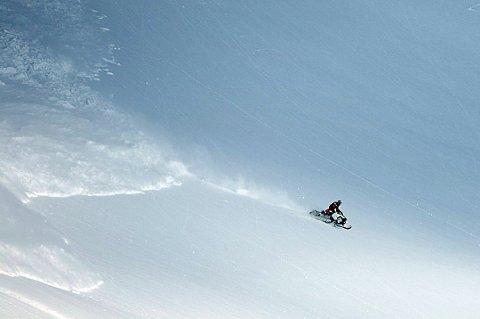 SLIPPER UNNA: Her kjører snøskuterføreren for harde livet for å slippe unna snømassene i Sverige, ikke langt fra Riksgränsen. Bildet ble tatt i 2014. Foto: Hans-Erling Hanssen