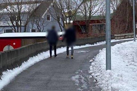 Disse to personene skal ha hostet på Nikolai Sæthre (21), for så å gå videre.