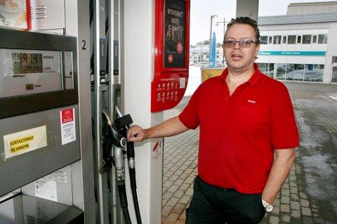 FÅR HØRE DET: Daglig leder Morten Kjærvik og de ansatte i Esso får på pukkelen for høye bensinspriser på Finnsnes.
