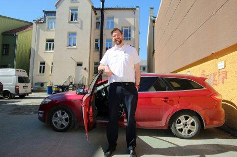 HØY: Stephen Allen Mayes er 2.13 på strømpelesten, og trolig byens høyeste mann. Det gir noen utfordringer i jakten på ny bil.