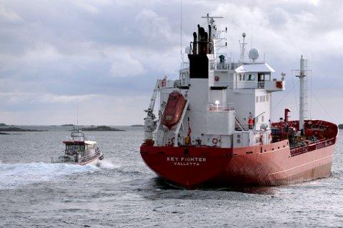 Key Fighter gikk på grunn i farleden inn mot havna på Røst, onsdag kveld. Skipet kom seg løs etter bistand fra KNM Skjold, og RS Hans Herman Horn.